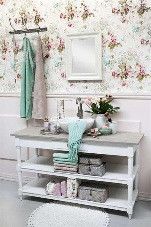 Baños Con Azulejos Rosas:Un pequeño jarrón de flores, una buena opción